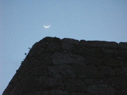 月と城壁.jpg