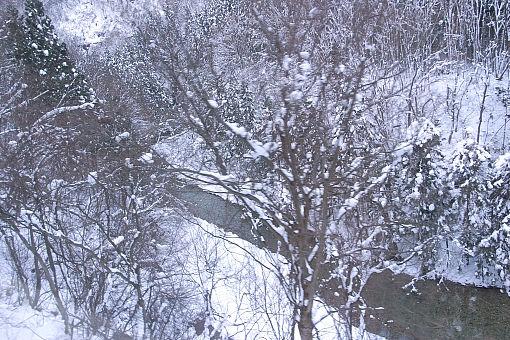 雪の渓谷.jpg