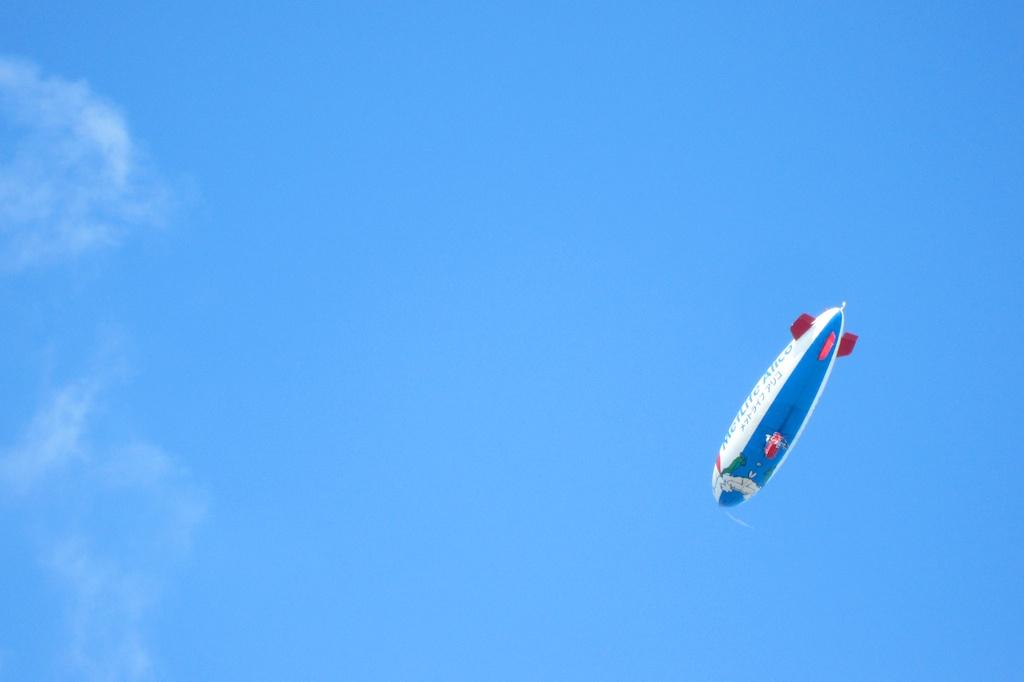 20120823_airship 飛行船の不思議なところは、レトロなイメージもあるし、未来的なイ